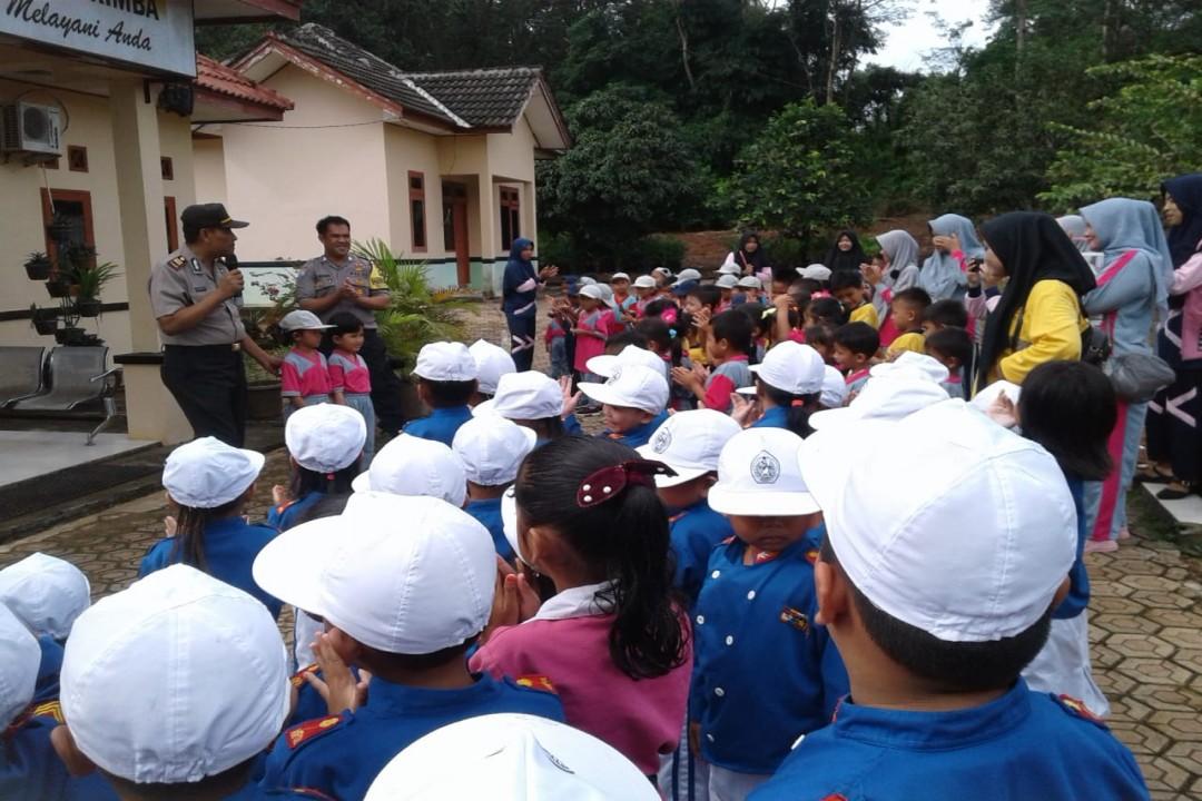 Puluhan anak dari TK Nurul Huda, TK Darul Ulum dan PAUD Nurul Mustopa mendatangi Mapolsek Simpang Rimba Kabupaten Bangka Selatan, Kamis (5/3/2020). (Foto: ist)