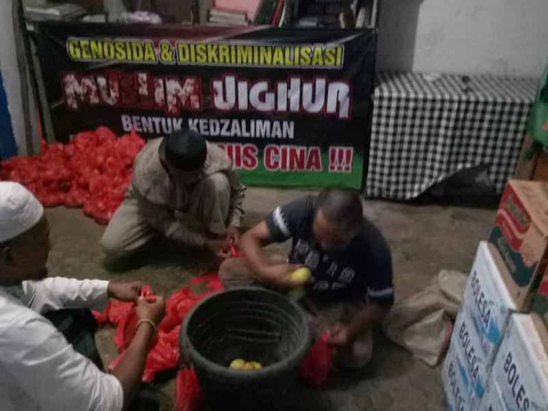 Sebanyak 1 ton Jeruk Lemon dibagikan kepada masyarakat yang kebetulan melewati Posko Relawan Kemanusiaan Lawan Corona di Jalan Fatmawati, Kampak Pangkalpinang, Sabtu (04/04/2020). (Ist)