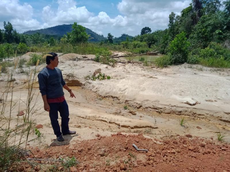 Dinas PU Kabupaten Bangka diwakili Dodi selaku PPK Kegiatan di dampingi perwakilan CV Gemilang melakukan pengecekan pengerjaan proyek, Kamis (16/4/2020). (Ichsan/babelreview.co.id)