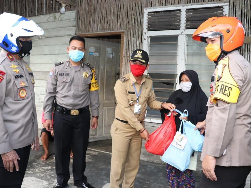 Bupati Bangka bersama dengan Kapolda dan Forkopimda Kabupaten Bangka melakukan pembagian sembako bagi para supir angkot dan becak yang ada di sekitaran Kota Sungailiat, Senin (4/5/2020). (IST)