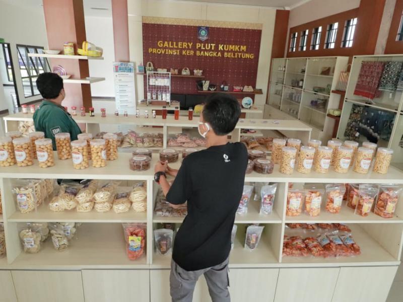 Di PLUT-KUMKM itu ditampillan berbagai macam jenis produk UMKM andalan mulai dari kerjainan tangan hingga produk makanan dan minuman.