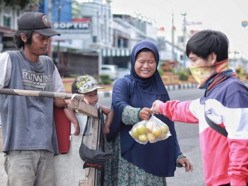 Tim Babelreview ikut turun ke jalan dan membagikan paket jeruk lemon kepada masyarakat