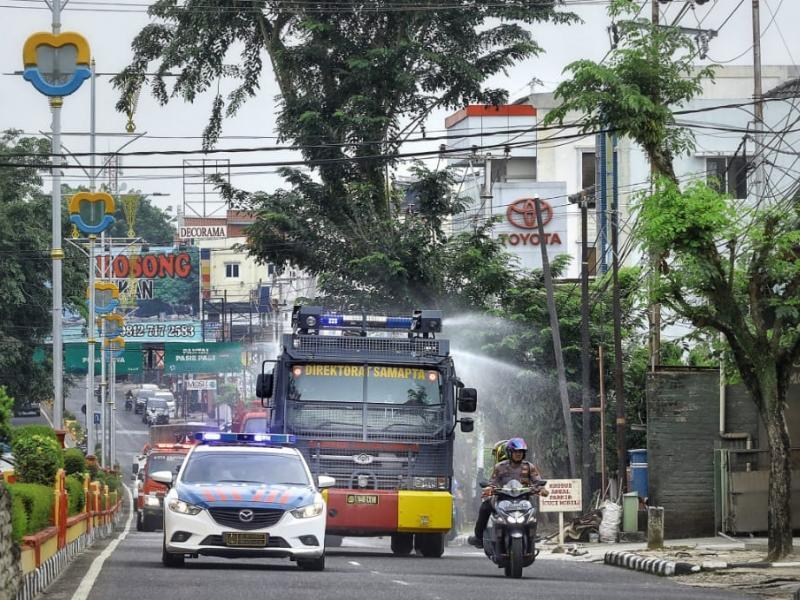 Mobil Watercanon melakukan penyemprotan di ruas jalan Kota Pangkalpinang