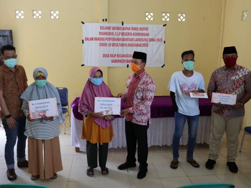 Bupati Bangka Mulkan SH dan Wabup Bangka Syahbudin SIP menyalurkan langsung dana Bantuan Langsung Tunai (BLT), mulai Jumat (8/5/2020). (IST)