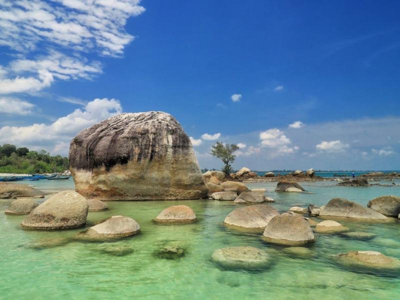 Air biru nan jernih dengan gugusan batu granit menjadi ciri khas pantai di Pulau Bangka.