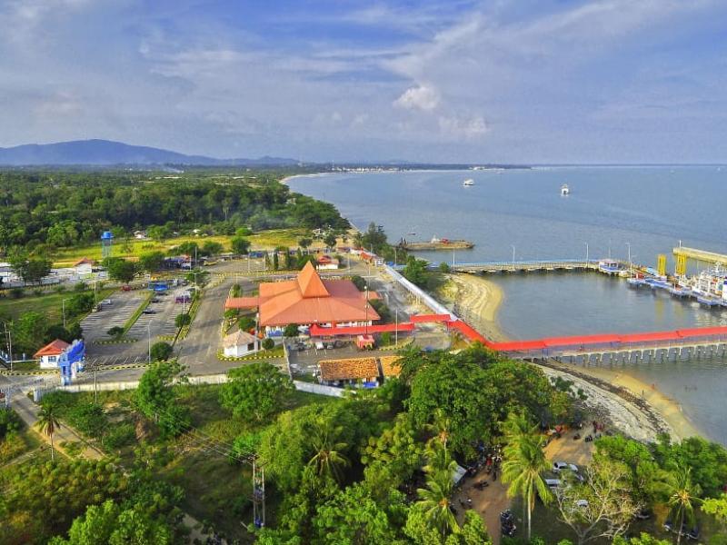 Berdiri kokoh sejak tahun 1862 mercusuar legendaris ini menjadi saksi bisu sejarah di Pulau Bangka.