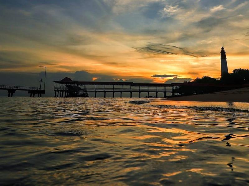 Selain kisah sejarahnya yang panjang, Pantai Tanjung Kalian juga menjadi salah satu pilihan favorit pengunjung untuk menikmati keindahan senja yang terbenam.