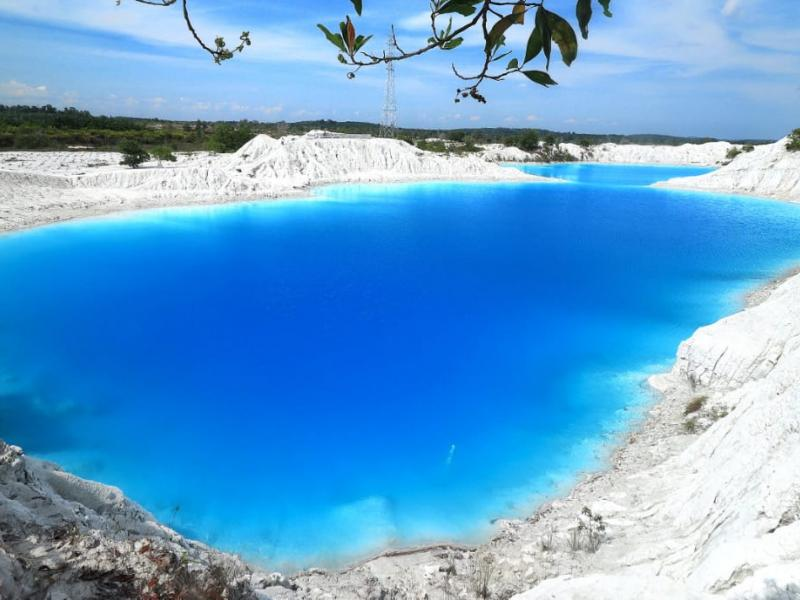 Danau Kaolin, begitu masyarakat setempat menjulukinya.Terletak di Desa Nibung, Kecamatan Koba, Kabupaten Bangka Tengah.