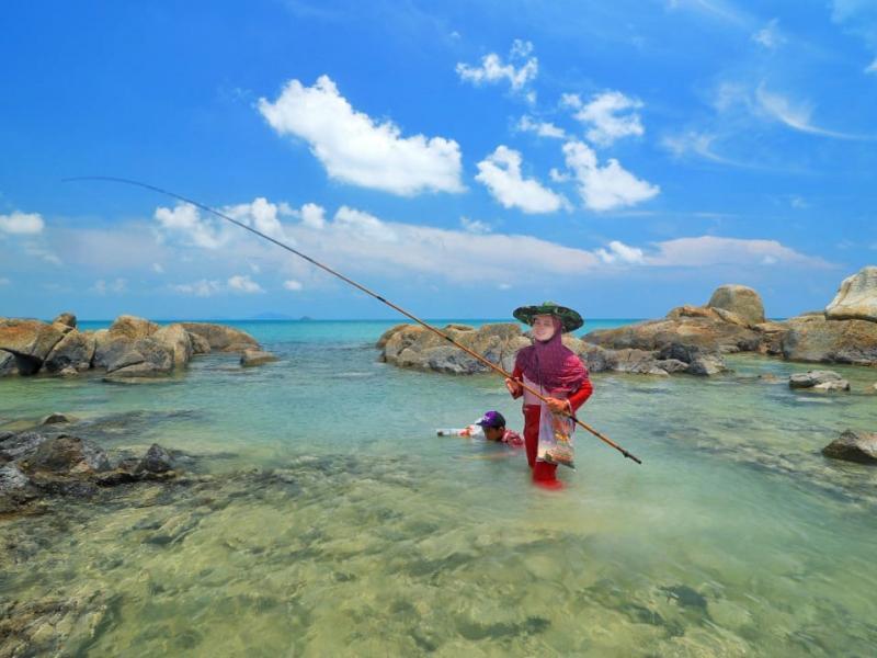 Bagi sahabat Babelreview yang hobi memancing ,Pantai ini menjadi salah satu destinasi yang wajib dikunjungi.