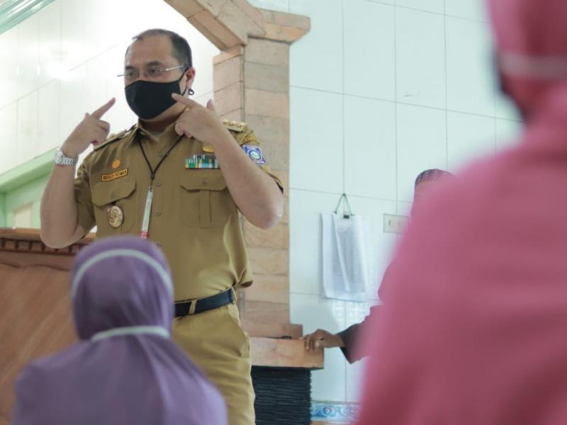 Disela sela penyerahan sembako, Gubernur Erzaldi menghimbau agar masyarakat tetap mengguanakan masker.