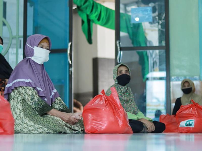 Sebanyak 200 paket sembako dibagikan kepada warga Kampung Seberang, Kelurahan Gedung Nasional, Pangkalpinang.