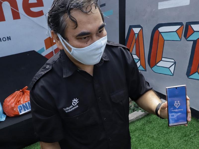 Sementara itu, pada kesempatan ini, GM PT Telkom, Shane Sihombing menginformasikan Telkom dan Kominfo telah meluncurkan aplikasi Peduli dan Lindungi, untuk menjadi panduan masyarakat di tengah pandemi Covid-19.