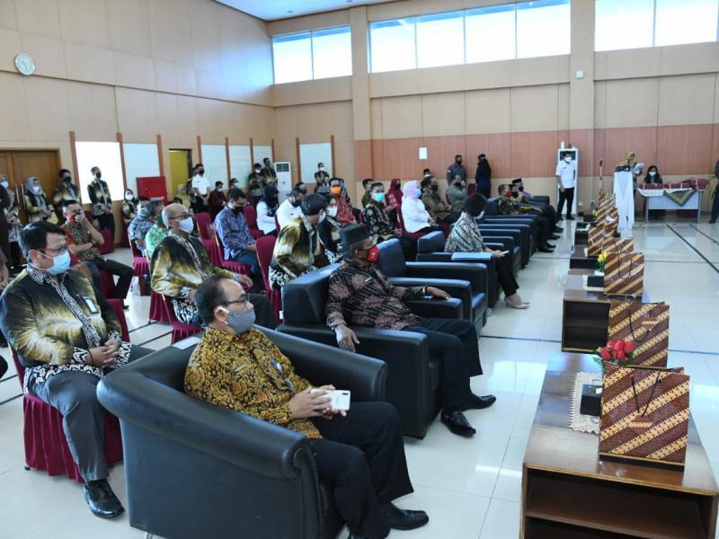 Bupati Bangka Mulkan menerima Penghargaan Opini WTP, yang diserahkan langsung oleh Kepala Perwakilan BPK Provinsi Kepulauan Bangka Belitung, Ida Farida kepada Bupati Bangka, di Ruang Auditorium BPK Pangkalpinang, Rabu (20 Mei 2020). (Ist)