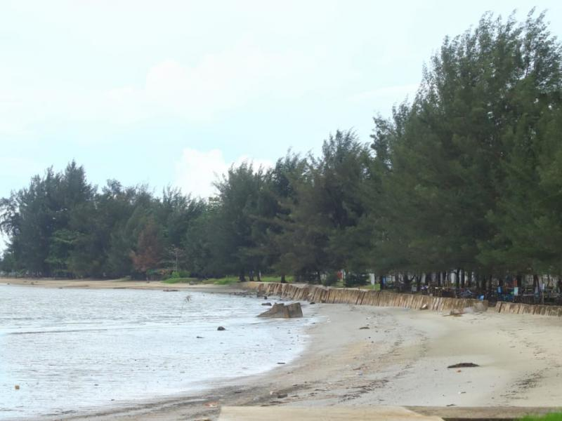 Kawasan Pantai Pasir Padi sepi pengunjung, akibat sejak dua bulan lebih ini ditutup. Warga dan para pelaku usaha di kawasan Pantai Pasir Padi Pangkalpinang ini berharap Pemkot Pangkalpinang segera membuka Pantai Pasir Padi untuk umum. (Firly/babelreview.co.id)