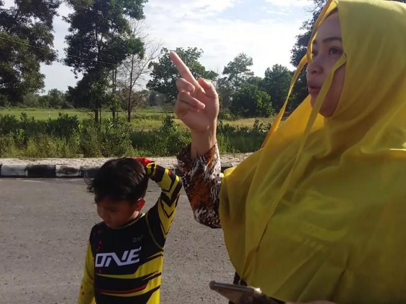 Pebalap muda asal Kota Pangkalpinang Provinsi Kepulauan Bangka Belitung, Megah Kenanda Auriga (8) sedang latihan bersama ayahnya di Jalan Depan GOR Sahabuddin Provinsi Babel, Jalan Pulau Pelepas Bangka Tengah, Sabtu (6/6/2020). (Ahada/babelreview.co.id)