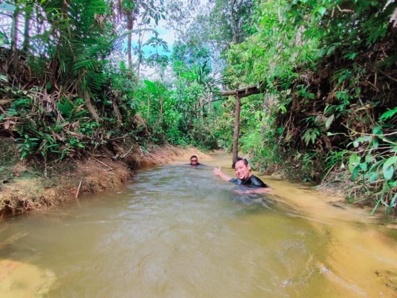 Anggota DPRD Kota Pangkalpinang, Rio Setiyadi sedang menikmati spot wisata air di Pulau Bangka. (Ist)