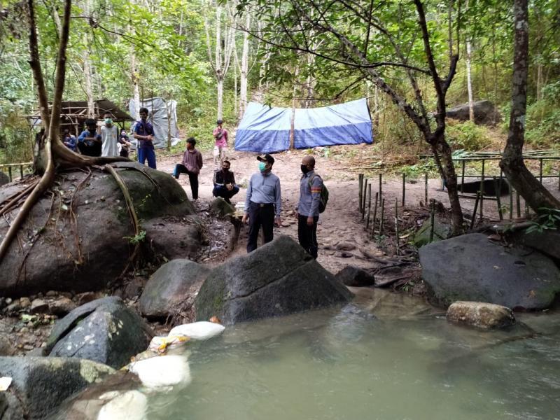 Bupati Bangka Tengah Ibnu Saleh mengunjungi Aek Berambai, lokasi objek wisata alam di Desa Teru Simpangkatis Bangka Tengah, Minggu (21/6/2020). (Ist)