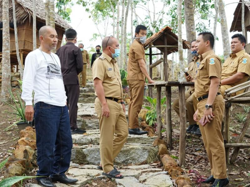 Walikota Pangkalpinang, Maulan Aklil saat mengunjungi Kampoeng Tiga Oerang di Kelurahan Tua Tunu Kecamatan Gerunggang Pangkalpinang, Senin (22/6/2020). (gusti/babelreview.co.id)