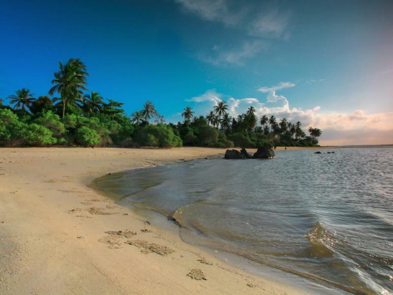 Keindahan Pulau Nanas yang berada tidak jauh dari Desa Pusuk ini, telah menggoda wisatawan berkunjung. (Ist)