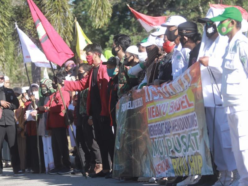Ratusan massa yang tergabung dalam Front Melayu Bangka Belitung Bersatu melakukan aksi unjuk rasa di depan Gedung DPRD Bangka Belitung menolak RUU Haluan Ideologi Pancasila (RUU HIP), Jumat (3/7/2020).