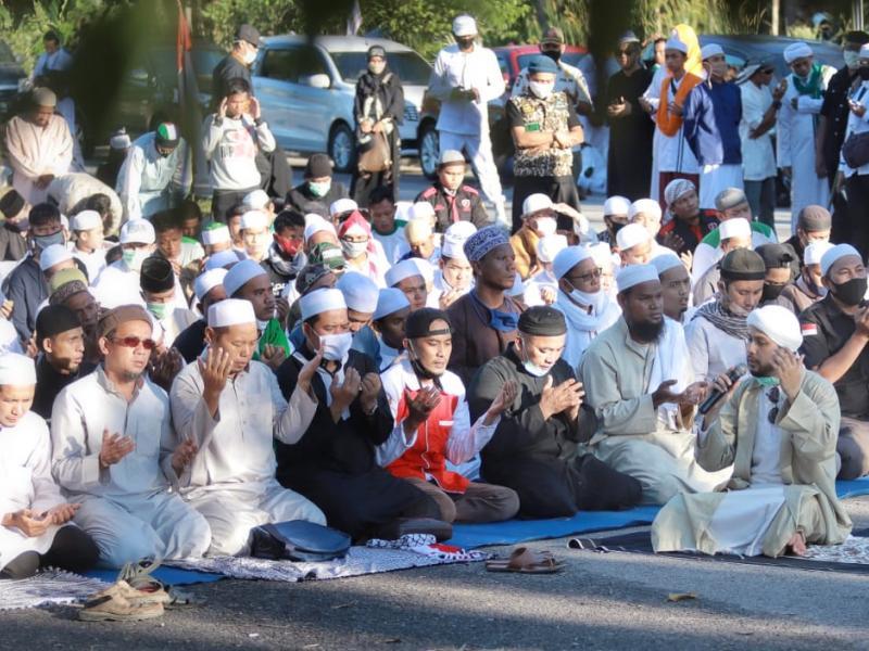 Ratusan massa melakukan doa bersama sekaligus menutup aksi yang berlangsung damai dan kondusif.