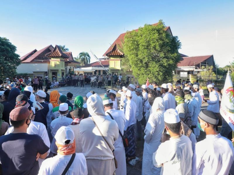Ratusan massa dari berbagai daerah di Provinsi Kepulauan Bangka Belitung memadati jalan depan kantor DPRD Babel.