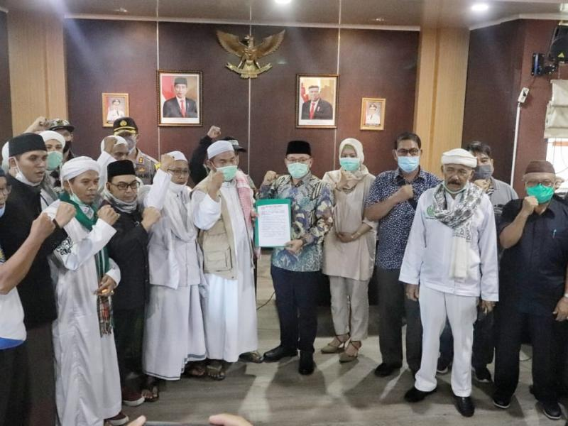 Sebanyak 15 orang perwakilan massa akhirnya diterima oleh Pimpinan DPRD Babel dan sejumlah anggota di Ruang Rapat Badan Musyawarah.