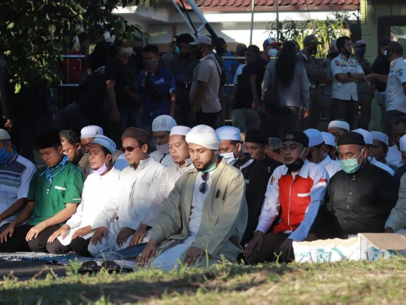 Massa juga menyempatkan untuk menunaikan ibadah sholat ashar yang dipimpin oleh Habib Husein Assegaff di jalan depan Gedung DPRD Babel.