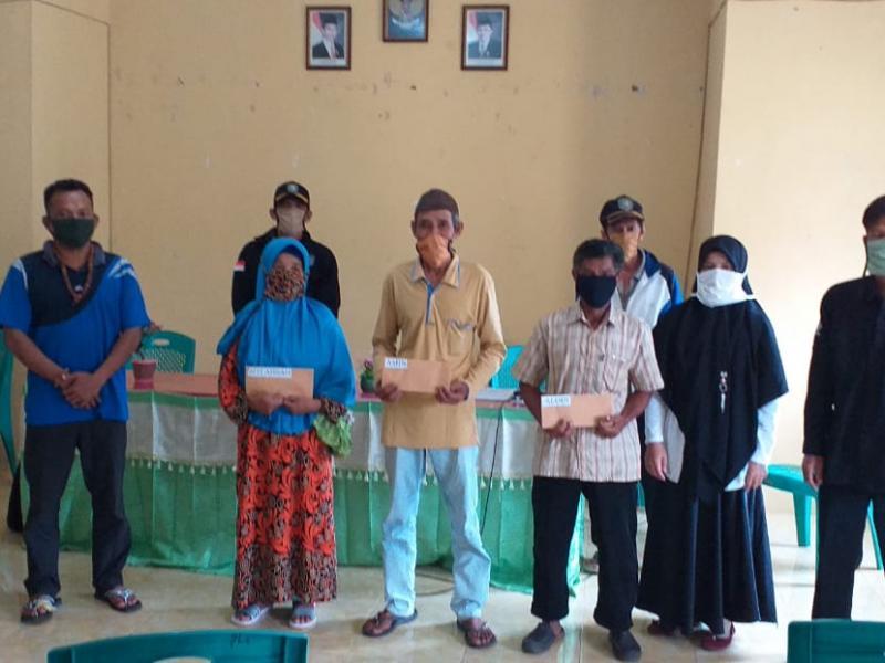 Penyaluran BLT sebanyak 142 RTS dilakukan di Gedung Sosial Pemerintah Desa Pelangas Kecamatan Simpang Teritip Kabupaten Bangka Barat Provinsi Kepulauan Bangka Belitung, Rabu (8/7/2020). (IST)