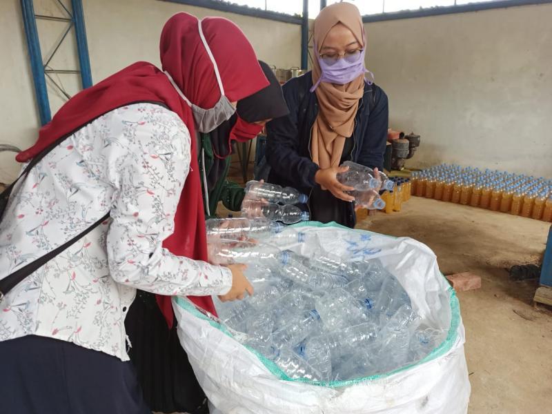 Mahasiswa Kuliah Kerja Nyata (KKN) Universitas Bangka Belitung (UBB) Angkatan XV 2020 untuk Kelurahan Batin Tikal, sedang memisahkan sampah pelastik asal Pasar Pagi Pangkalpinang, Rabu (15/07/2020). (IST)