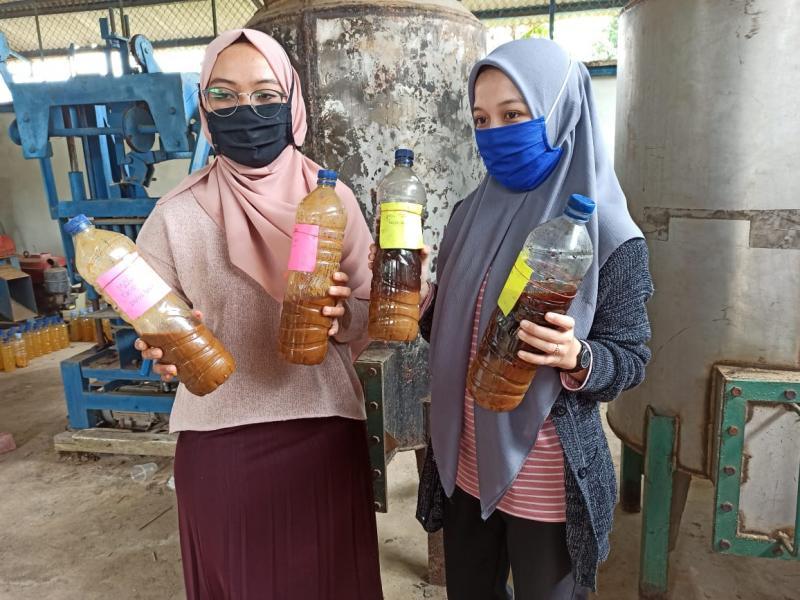 Mikro Organisme Lokal(MOL) hasil fermentasi tape (tapai) diperlihatkan oleh dua mahasiswi KKN Tematik UBB di Kelurahan Batin Tikal. (Eddy Jajang JA)