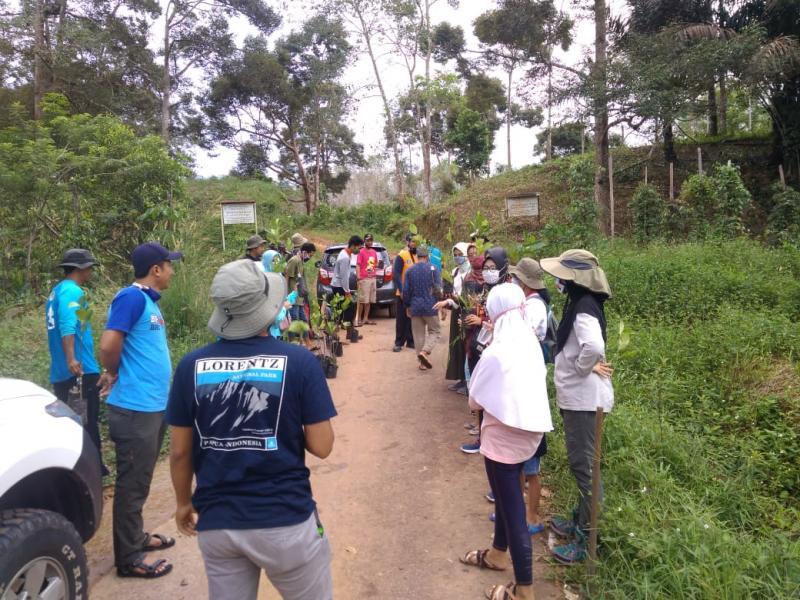 Tim Bekaes Budaya Bangka Belitung dan seorang tim ahli cagar budaya Kabupaten Bangka Ali Usman di dampingi Pokdarwis Bekawan Kota Kapur mengunjungi Situs Budaya di Kota Kapur, Minggu (26/7/2020). (Ist)