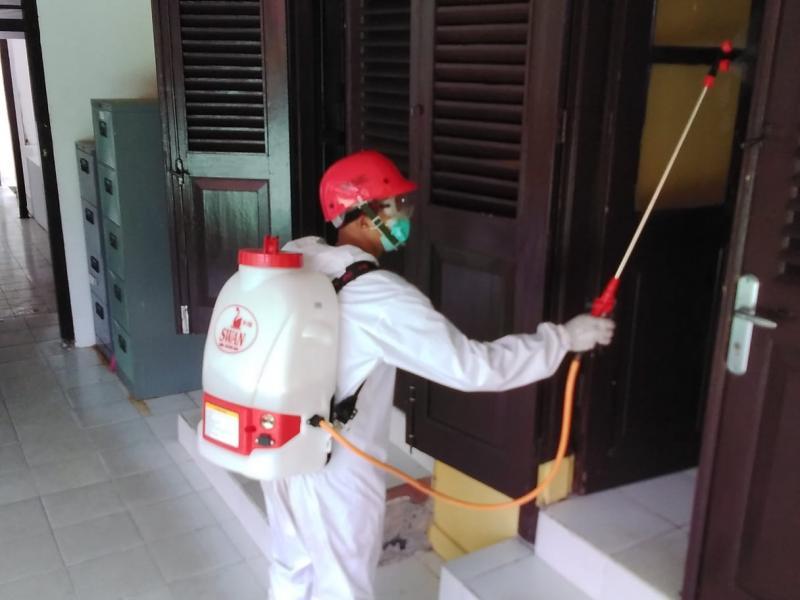 Tim Relawan Palang Merah Indonesia (PMI) Babel, mensterilkan ruangan Perpustakaan dan Ruang Kantor DKPUS Babel, Rabu (29/7/2020). (Ist)