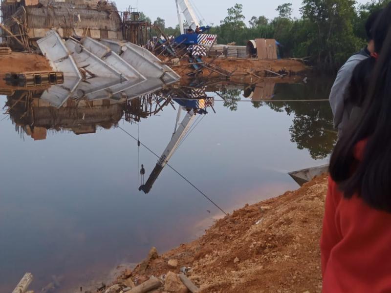 t kondisi pembangunan jembatan di Krabut Kota Pangkalpinang, pasca sebagian badan jembatan yang masih proses pengerjaan ambruk, Jumat (16/10/2020) malam. (Diko/babelreview)