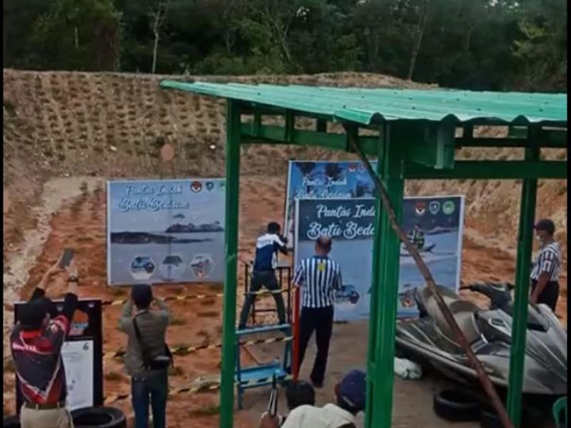 Peserta lomba menembak sedang beraksi di Lapangan Tembak Depati Bahrin, di Desa Pasangbaru Kecamatan Pangkalanbaru Kabupaten Bangka Tengh Provinsi Kepulauan Bangka Belitung, Sabtu (12/12/2020). (babelreview)
