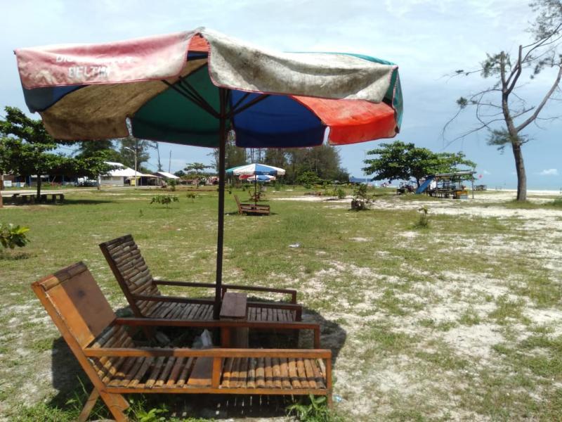 Pantai Serdang, salah satu objek wisata pantai yang terdekat di Kota Manggar, Kabupaten Belitung Timur. (pras/babelreview)