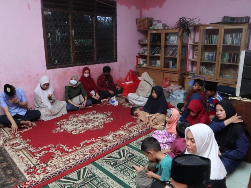 Afici Entertainment menggelar acara berbuka puasa bersama, sekaligus memberikan santunan kepada anak - anak dari Panti Asuhan Annisa Pangkalpinang, Sabtu (24/4/2021). (faisal/babelreview)