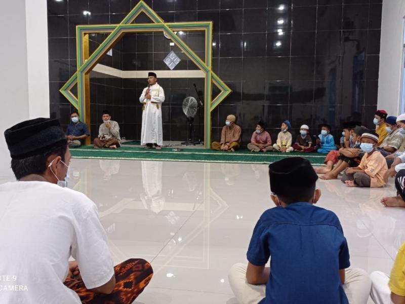 Yayasan Al Mansyur bersama LAZISMA dan BIC (Babel Infaq Center) menyerahkan langsung 25 paket sembako di Kecamatan Koba Kabupaten Bangka Tengah, Senin (10/05/2021). (ist)