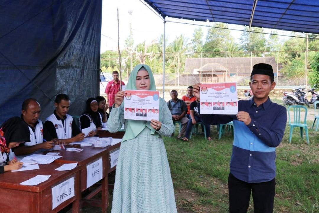 Calon Bupati Nomor urut 2, Mulkan dan istrinya saat menggunakan hak suaranya di TPS 11 Karya Makmur, Pemali, Bangka, Rabu (27/6/2018).