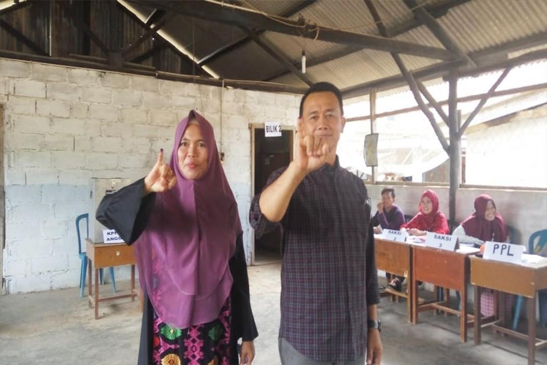 Calon wakil bupati Bangka pasangan nomor urut 2 Syahbudin menyoblos di TPS 03 Desa Riding Panjang, Kecamatan Belinyu, Rabu (27/6/2018).