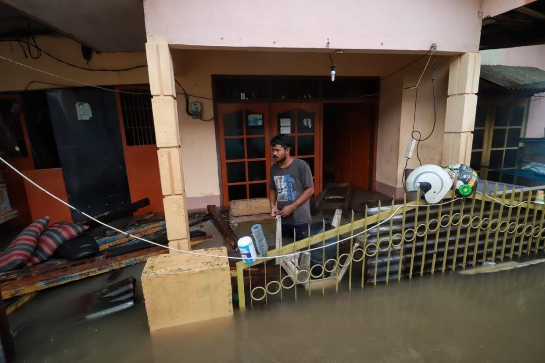 Banjir merendam pemukimn warga sejak pukul 13.00 WIB pasca diguyur hujan deras. Sedikitnya kurang lebih 60 rumah warga terendam air banjir. Banjir langganan ini tingginya bervariasi , dari lutut orang dewasa hingga sepinggang.Foto:Firly