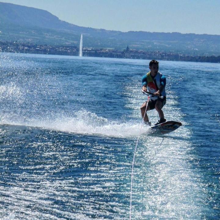 Dani Pedrosa juga sering mengupload keseruannya di atas papan surfing. (26_danipedrosa/Instagram)