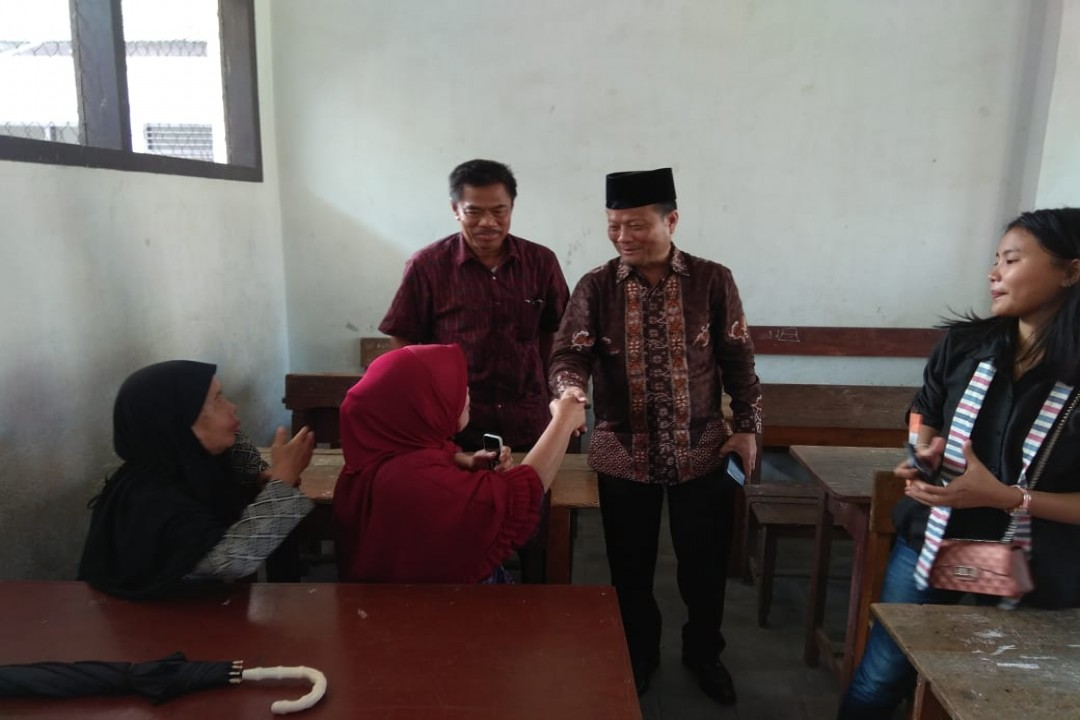 Calon Bupati Bangka nomor urut 3 Kemas Danial saat memantau penghitungan suara di TPS 44 Lingkungan Cokroaminoto, Sungailiat.