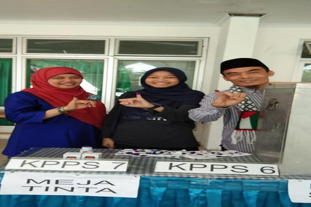 Calon Wakil Bupati Bangka nomor urut 3, Fadillah Sobri didampingi istri dan anak sulungnya saat menggunakan hak suaranya.