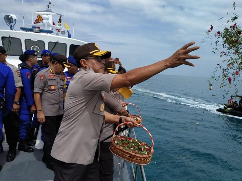Polda Babel Gelar Upacara Penghormatan Terakhir dan Tabur Bunga di Atas Kapal