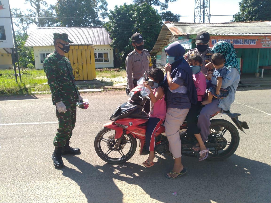 Polsek Payung Stop Semua Kendaraan Melintasi Posko Covid, Setiap Warga Diberi Hadiah Masker
