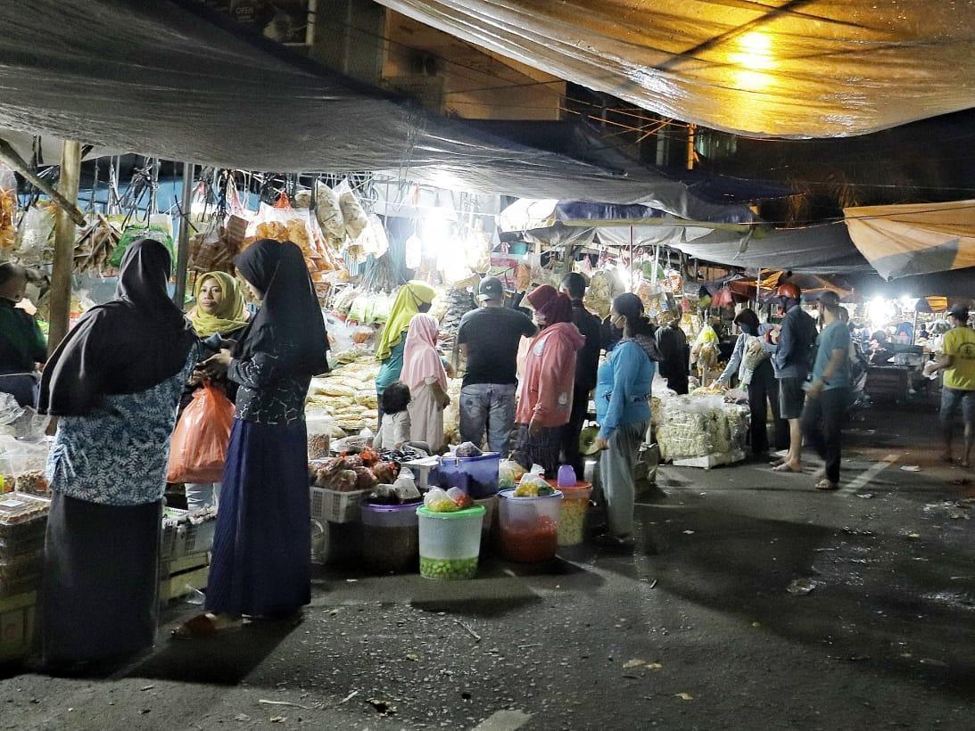 Potret Kesibukan Masyarakat Saat Mencari Kue Lebaran di Tengah Pandemi
