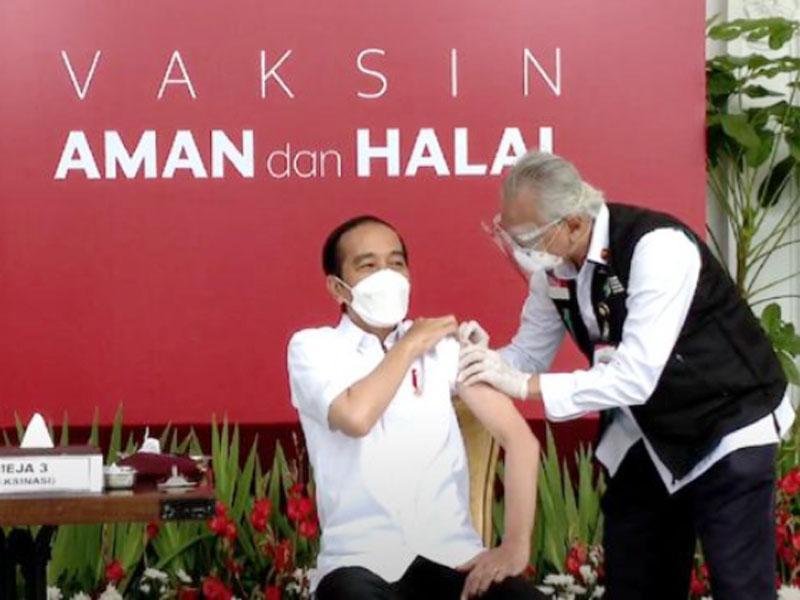 Profesor Ini Gemetaran Saat Menyuntikan Vaksin Covid-19 ke Jokowi