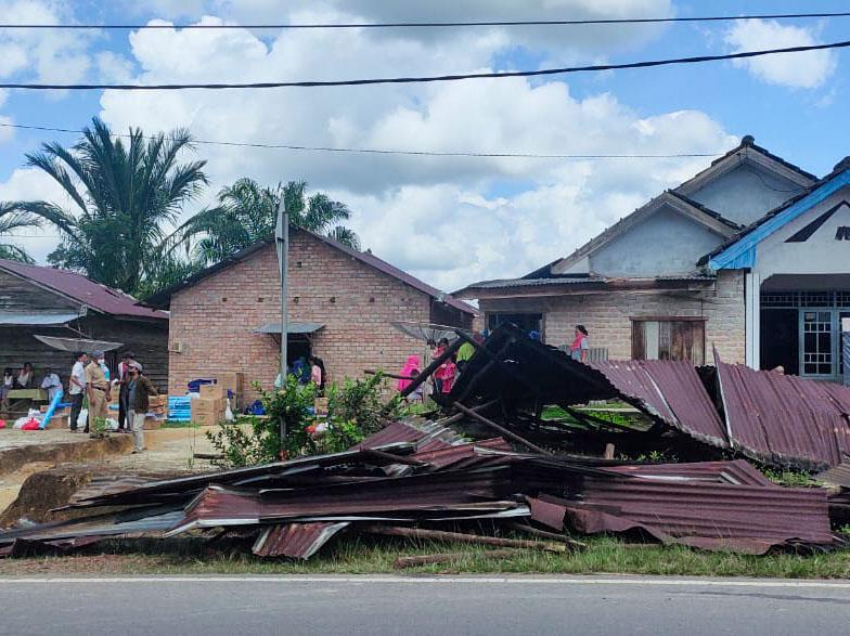 Puluhan Rumah Rusak Diterjang Puting Belitung di Desa Pergam