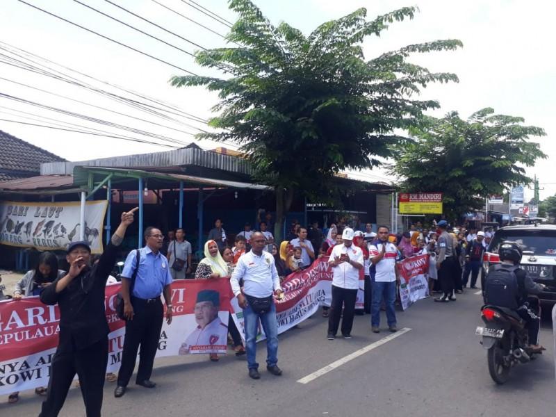 Ratusan Anggota Garda Babel Sambut Iringan Rombongan Presiden Jokowi dengan Nyanyian